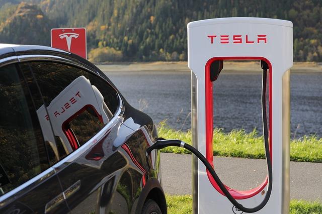 Heb je een Tesla die zelf kan rijden? Mobiel vasthouden gewoon verboden!
