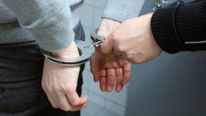 politie pakt 17 jarige jongen op